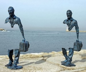 """Les Voyageurs"" – Sculptures with missing Pieces"