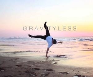 Gravityless – David Olkarny x Karimbo