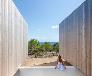 A natural-modern house of Marià Castelló Martínez
