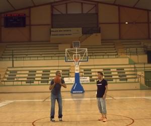 Trickshots : Rémi Gaillard vs. NBAs Tony Parker